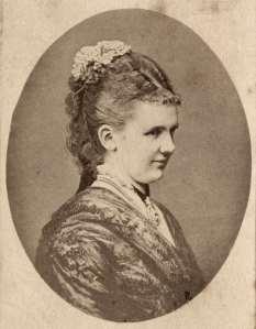 Foto van koningin Emma met borstjuweel,Th. Molsberger, Arolsen, 1879